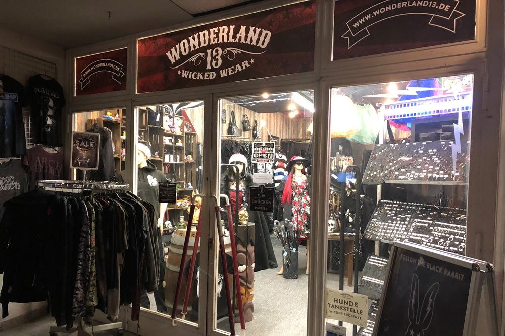Wonderland 13 Shop beleuchtet